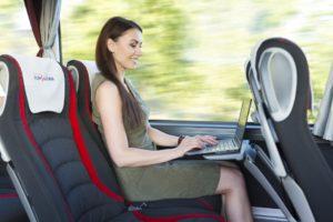 Brauciena laikā varat strādāt ar datoru, jo autobusā ir pieejams bezmaksas internets un elektrība.