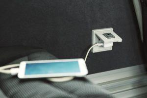 Elektros lizduose, įrengtuose prie sėdynių, galėsite įkrauti savo telefoną ar kompiuterį